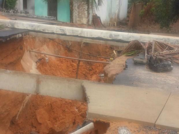Buracos foram aberto em ruas por conta das chuvas (Foto: Edivaldo Braga/ blogbraga)