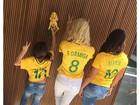 Flávia Alessandra posa com as filhas exibindo camisas da seleção feminina