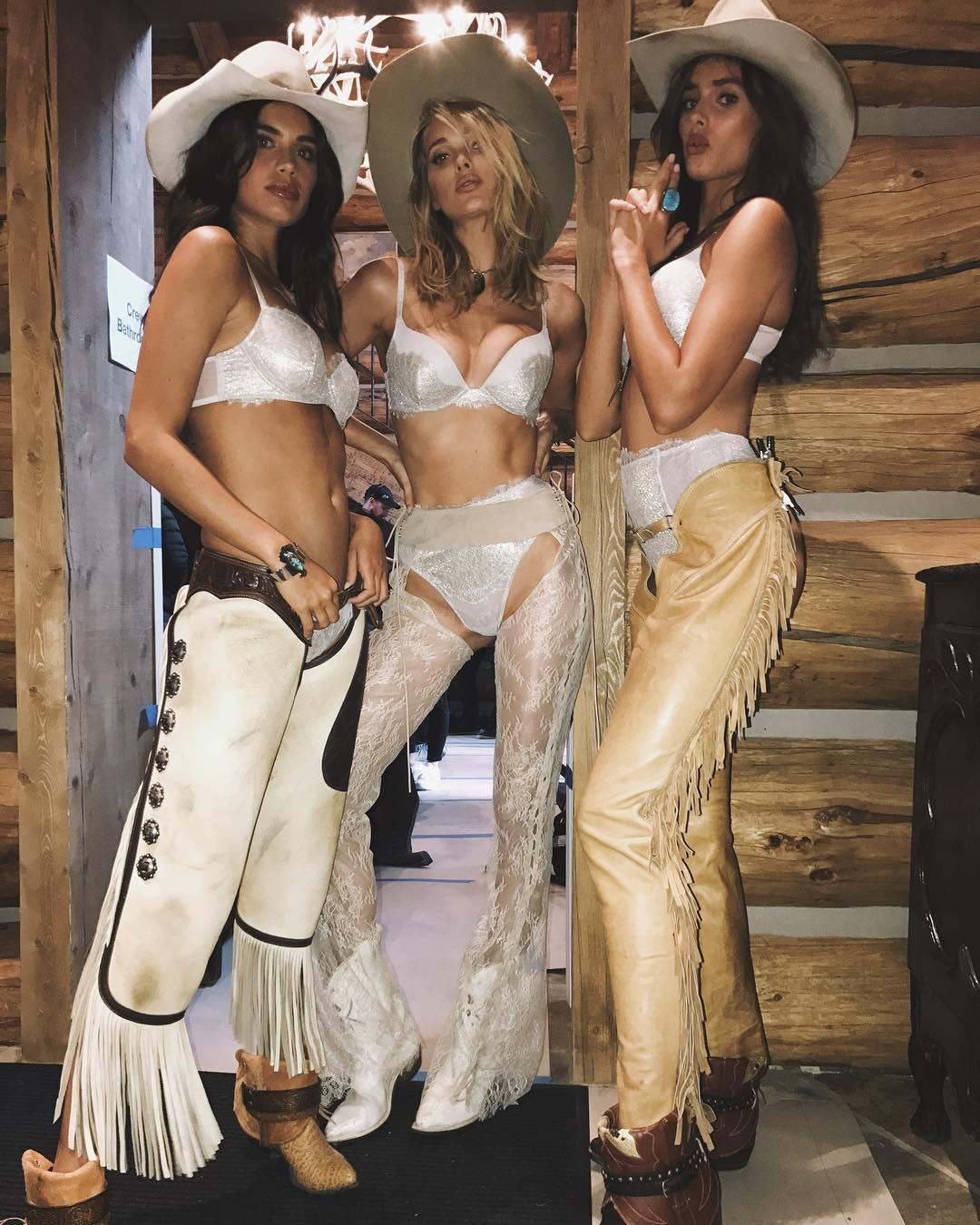 Angels em Aspen:  tops fotografam campanha Holiday 2017 da Victoria's Secret (Foto: Reprodução/Instagram)