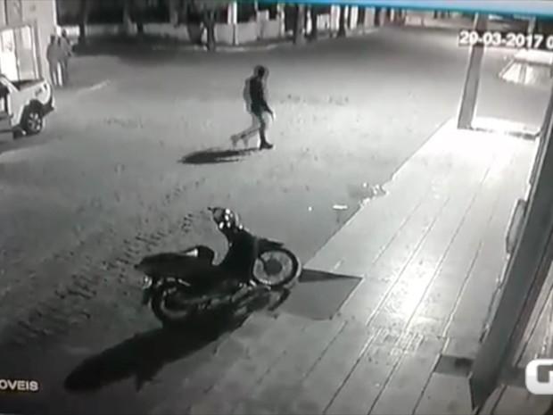 Vídeo mostra ação dos criminosos durante roubo a banco em Renente Laurentino Cruz (Foto: Divulgação/PM)
