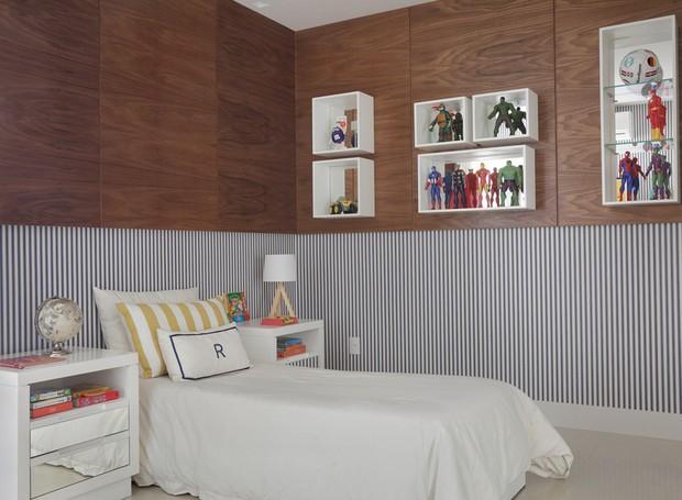 No quarto do filho, as cores ficaram por conta do papel de parede listrado em azul e branco, fornecido pela Micasa Atelier. Os móveis foram reaproveitados da antiga casa (Foto: Denílson Machado - MCA Estúdio/Divulgação )