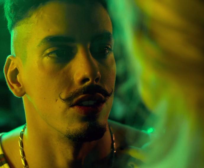 Sam fica abalado com o que escuta de Larissa (Foto: TV Globo)