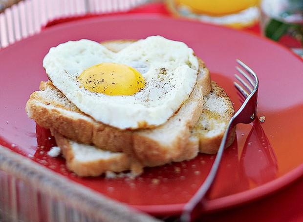 Servir um ovo frito em formato de coração no café da manhã é uma ótima maneira de demonstrar o quanto você gosta de alguém – seja o namorado, seja a amiga ou sua mãe. Um arco metálico garante a forma certa (Foto: Rogério Voltan/Casa e Comida)