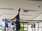 Suzana Alves recupera boa forma e mostra flexibilidade após dar à luz