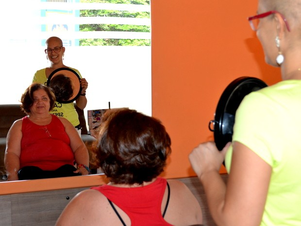 Lucimara Lima corta o cabelo de Dona Lucila  (Foto: Claudia Assencio/G1)