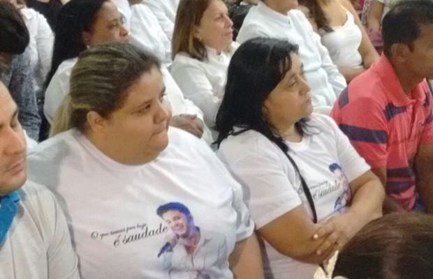 Irmã e mãe do sertanejo também participam de missa, em Goiânia (Foto: Sílvio Túlio/G1)