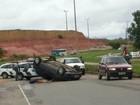 Carro capota e motorista fica ferido na Serra, no ES