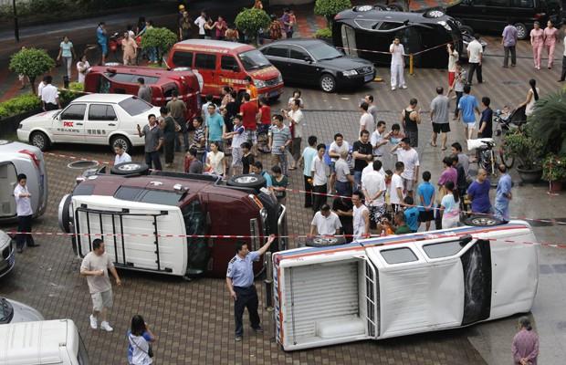Chineses tombaram carros japoneses durante protesto em Shenzhen, na província de Guangdond (Foto: AP Photo/Vincent Yu)