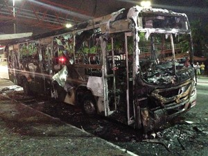 Coletivo ficou destruído pelo fogo que atingiu fiação elétrica  (Foto: Heitor Moreira/G1)