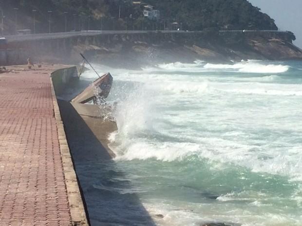 Rampa em São Conrado foi coberta pelo mar (Foto: Matheus Rodrigues / G1)