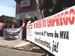 Manifestantes na porta do Ciesp em São José (Foto: Carlos Santos/G1)