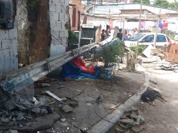 Poste cai sobre teto da varanda de residência em Boa Viagem (Foto: Reprodução/WhatsApp)