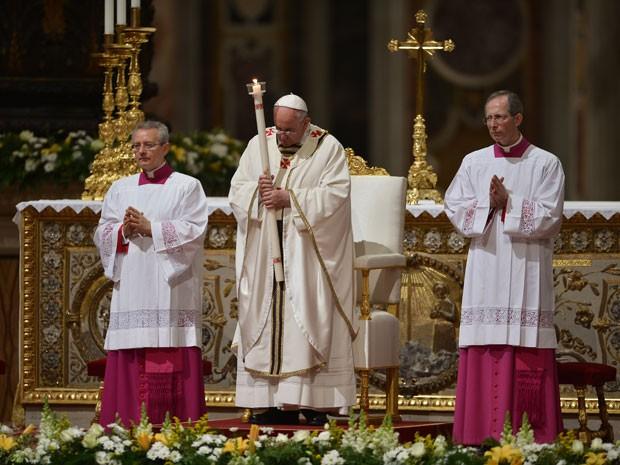 Papa Francisco participa da Vigília Pascal, na Basílica de São Pedro, no Vaticano (Foto: Filippo Monteforte/AFP)