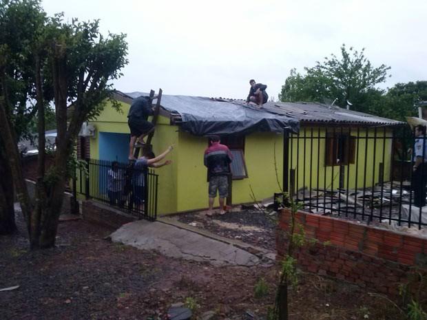 Moradores tentam reparar estragos do temporal em Santa Rosa (Foto: Brunna Colossi/RBS TV)