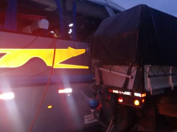 Ônibus bateu na traseira do caminhão (Foto: João Trentini/Rádio Tupã/Divulgação)