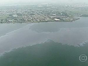 Mancha apareceu no Lago Paranoá na manhã desta quinta (17) (Foto: Reprodução/TV Globo)