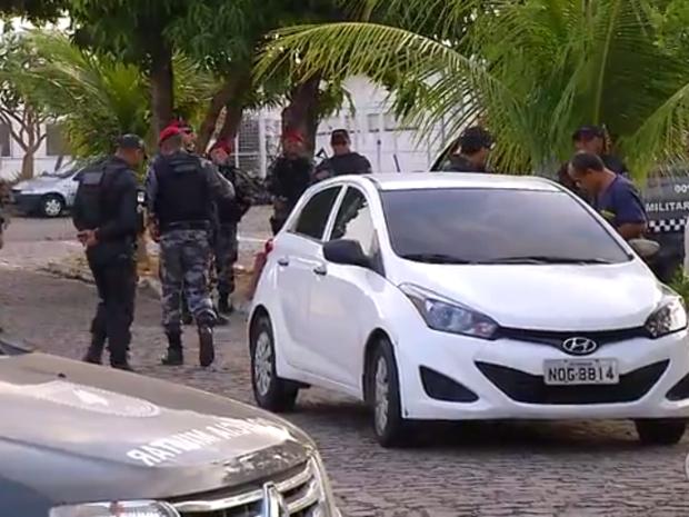 Carro roubado, um HB20 branco, é inspecionado pela Polícia Militar (Foto: Reprodução/Inter TV Cabugi)