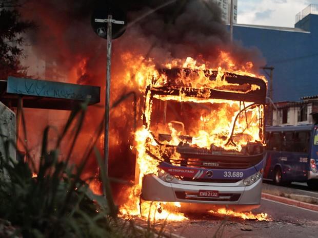 Ônibus da EMTU foi incendiado por vândalos na Avenida Tiradentes, Centro de Guarulhos (Foto: Beto Martins/Futura Press/Estadão Conteúdo)