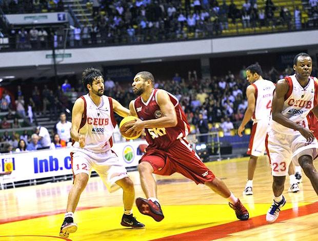 Olivinha na partida de basquete entre Brasília e Pinheiros NBB (Foto: Brito Junior / Divulgação)