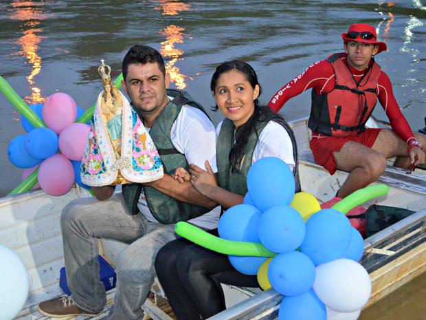 Nossa Senhora de Nazaré chegou até a Gameleira em procissão fluvial (Foto: Quésia Melo/G1)