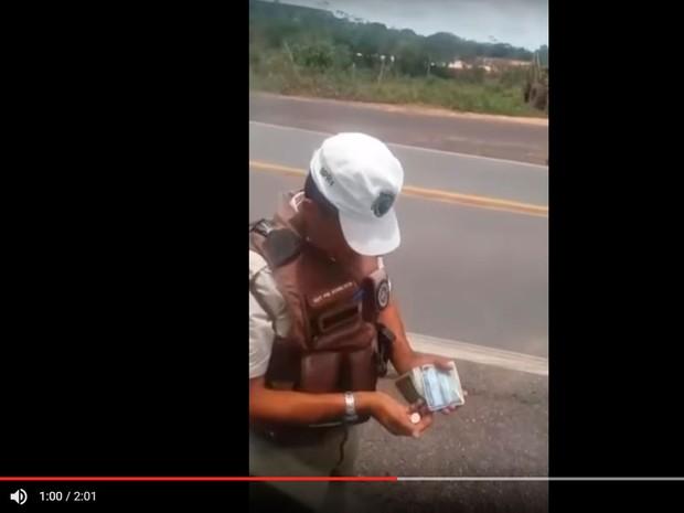 PM aparece recebendo dinheiro de motorista em vídeo publicado na web (Foto: Reprodução/ Youtube)