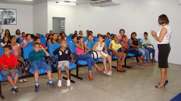 Estudantes assistem documentário sobre a TV Clube (Foto: Katylenin França)