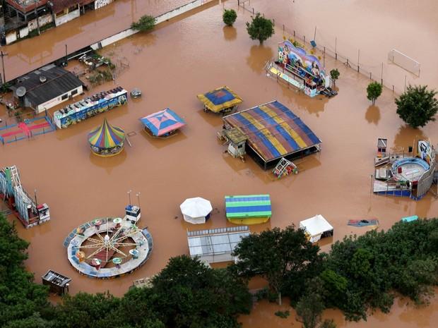 Parque de diversões foi tomado pela água em Franco da Rocha (SP) devido ao temporal que atingiu a região (Foto: Paulo Whitaker/Reuters)