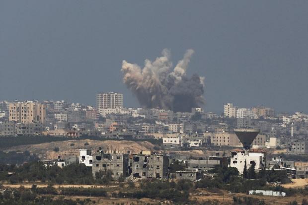 Explosão é vista em Gaza após ataque aéreo israelense nesta sexta-feira (8) (Foto: Amir Cohen/Reuters)