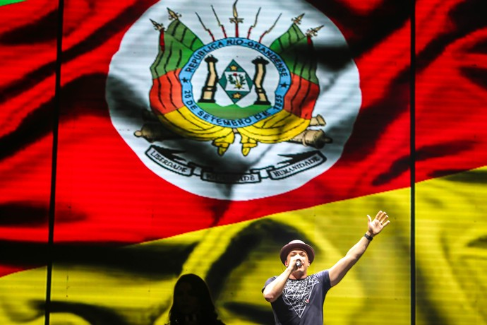 Safadão abre show com a bandeira do Rio Grande do Sul no telão (Foto: Jefferson Bernardes / Agência Preview )