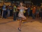 Juliana Alves dá ajeitadinha no vestido para não mostrar demais