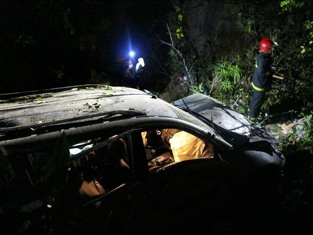 Veículo capotou e caiu em barranco na BR-174 (Foto: Divulgação/Corpo de Bombeiros)