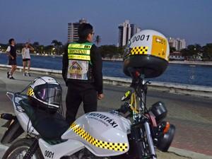 Mesmo em trabalho, mototaxista admira pontos turísticos da cidade (Foto: Artur Lira/G1)
