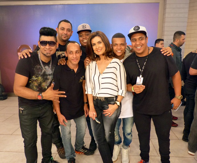 Fátima ao lado da banda (Foto: Viviane Figueiredo Neto/Gshow)