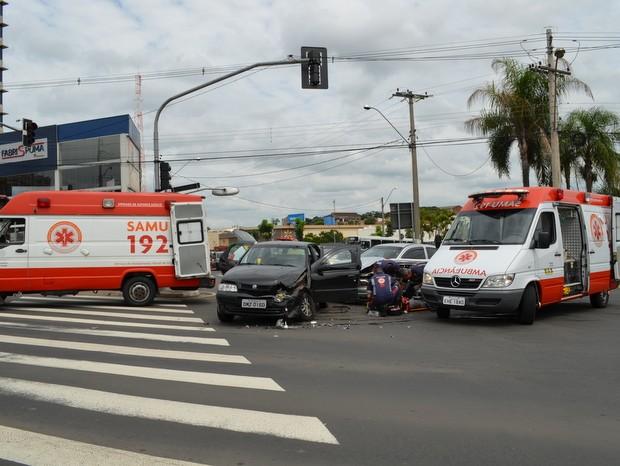 Motorista ultrapassou sinal e bateu em veículo em Piracicaba (Foto: Fernanda Zanetti/G1)