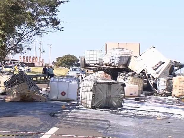 Caminhão transportava ácido para Araçatuba (Foto: Reprodução / TV TEM)