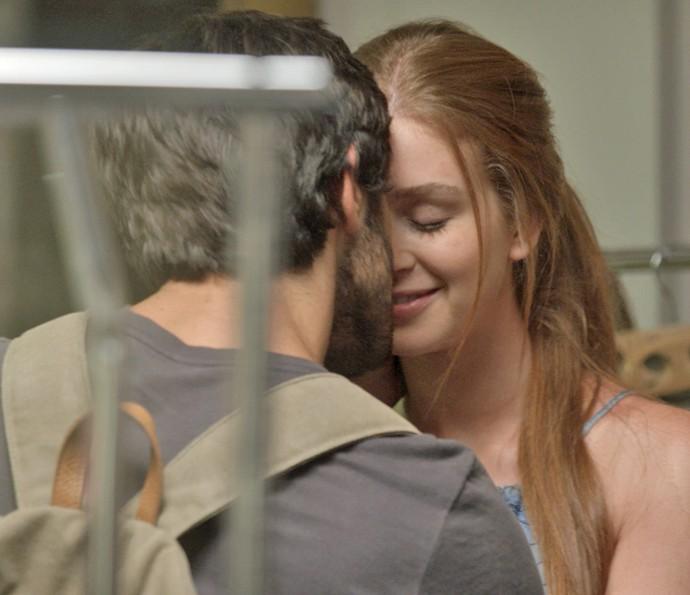 Jonatas e Eliza trocam carinhos (Foto: TV Globo)