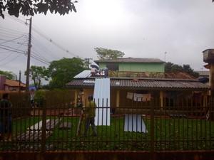 Após o temporal, moradores consertam os telhados destruídos pelo temporal e pelo granizo; Bombeiros alertam para os riscos de quedas (Foto: Caio Vasques / RPC)