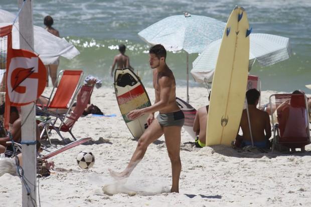 José Loreto na praia (Foto: Dilson Silva / Agnews)
