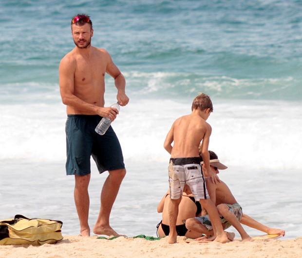 Fernanda Lima, Rodrigo Hilbert com os filhos (Foto: Agnews)