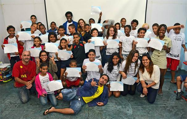 Jovens exibem o certificado de conclusão de curso (Foto: Divulgação/ Davi Marcos)