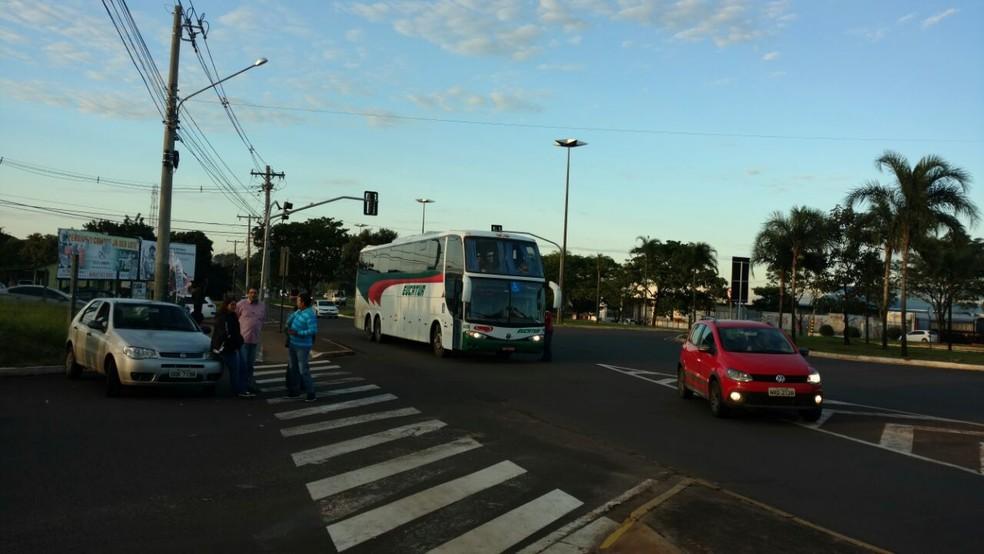 Manifestantes impedem entrada e saída na rodoviária de Campo Grande (Foto: Fabiano Arruda)