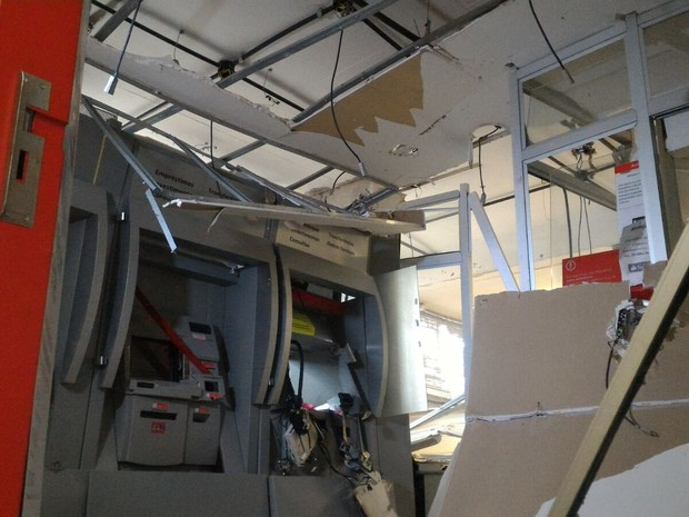 Teto da agência bancária ficou totalmente destruído (Foto: Witter Veloso/TV TEM)
