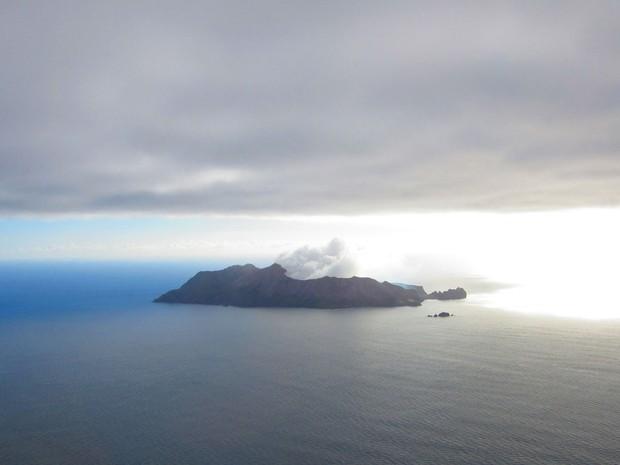 Primeira visão da White Island já mostra a fumaça branca (Foto: Juliana Cardilli/G1)