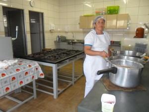 Na escoal há apenas uma cozinheira para atender os alunos (Foto: Escola Geral Carneiro/Divulgação)