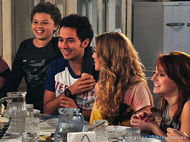 Pedro e Giovana ficam super empolgados com a ideia de serem titios (Foto: Malhação/TV Globo)