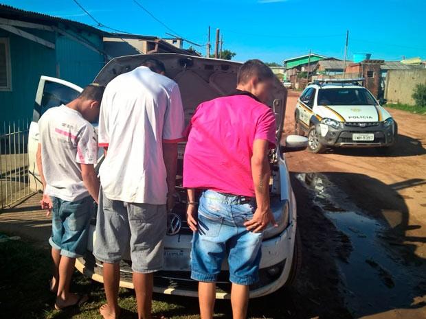 Menores foram apreendidos após sequestrar mulher em Cachoeirinha, RS (Foto: Reprodução/RBS TV)