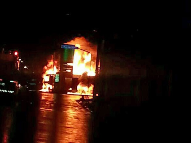 Área foi isolada após a explosão (Foto: Divulgação / Polícia Militar)