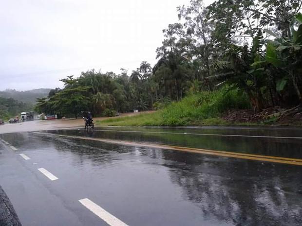 Quedas de barreira aconteceram após forte chuva na rodovia Pe. Manoel da Nóbrega (Foto: G1)