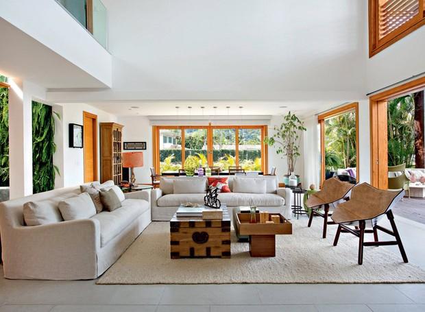 Sala de estar | A área espaçosa traz sofás adquiridos na Restoration Hardware, de Miami, revestidos de linho. Poltronas de couro Exo, assinadas pelo estúdio Fetiche Design, foram encontradas na Finish. Tapete da Avanti (Foto: Juliano Colodeti/MCA Estudio/Divulgação)