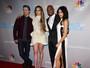 Jennifer Lopez investe em look curtinho e exibe as pernas em evento